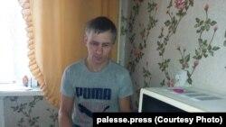 Андрэй Карбалевіч з Рэчыцы, затрыманы за непадпарадкаваньне праваахоўнікам і зьбіты.