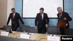 Michael Spindelegger, Hashim Thaci i Pieter Feith, na konferenciji za novinare nakon odluke Međunarodne upravljačke grupe u Beču