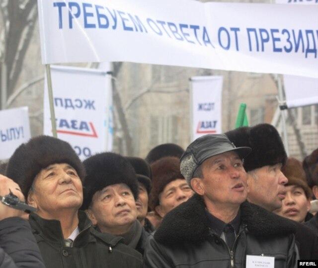 «Азат» партиясы өткізген наразылық жиынына қатысушылар. Алматы, 30 қаңтар 2010 жыл. (Көрнекі сурет.)