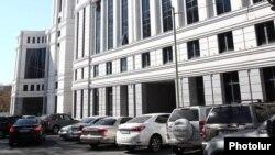 Ավտոմեքենաներ կառավարական շենքերից մեկի մոտ, արխիվ
