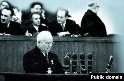 """Хрущёв КПССтин XX курултайында """"Керт башка сыйынуу жана анын кесепеттери"""" тууралуу баяндамасын окууда."""
