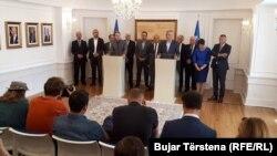 Presidenti Hashim Thaçi dhe përfaqësuesit politikë të Luginës së Preshevës, gjatë një konference për media. Fotografi nga arkivi.