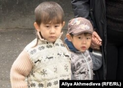 Спасенные из реки мальчики - Султан-Бейбарс (слева) и Бекарыс.