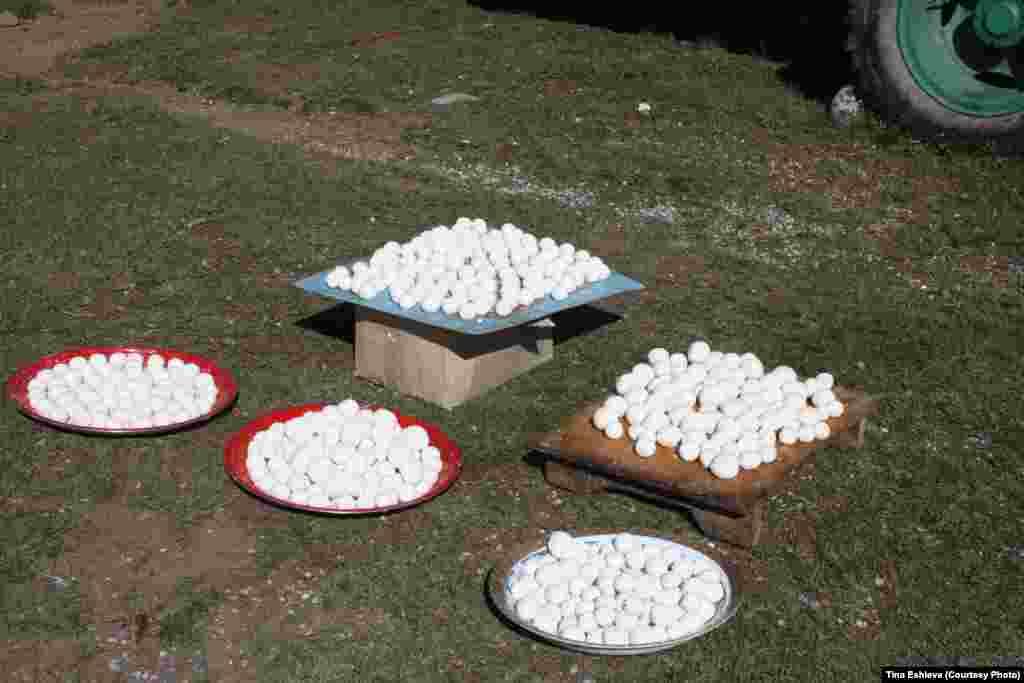 Cуусамыр - Знаменитый горный курут. Он намного вкусней того, что делают в долине. Фото Тины Эшиевой