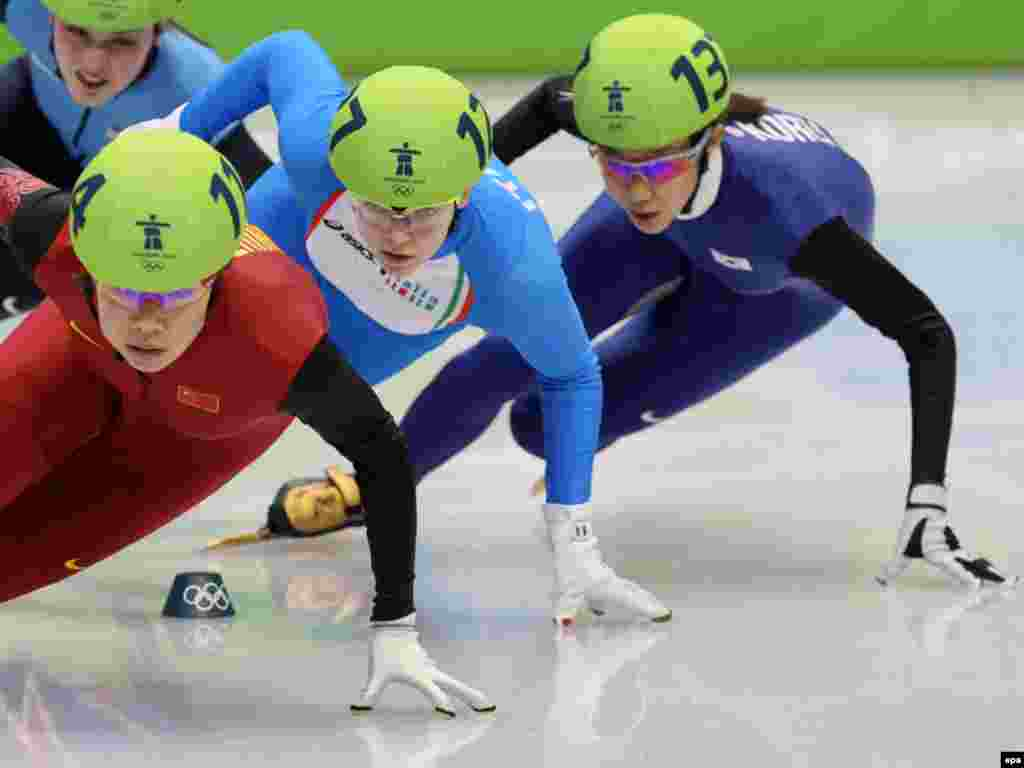 مسابقه اسکیت ۵۰۰ متری زنان - Caption: epa02038959 China's Zhou Yang (L), Arianna Fontana (C) of Italy and Cho Ha-Ri of South Korea compete in the women's 500m quarter finals of the Short Track Speed Skating at the Vancouver 2010 Olympic Games, Vancouver, Canada, 17 February 2010. EPA/ANATOLY MALTSEV