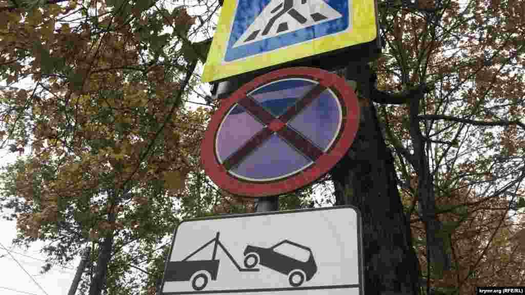 Организовывать же новые легальные места для парковки транспорта пока не спешат. Вместо того – все больше запретов