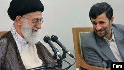 محمود احمدی نژاد (راست) و آیت الله علی خامنه ای
