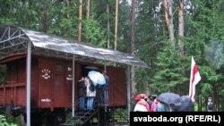 Пад час беларускай пілігрымкі ў Катынь у 2011 годзе.