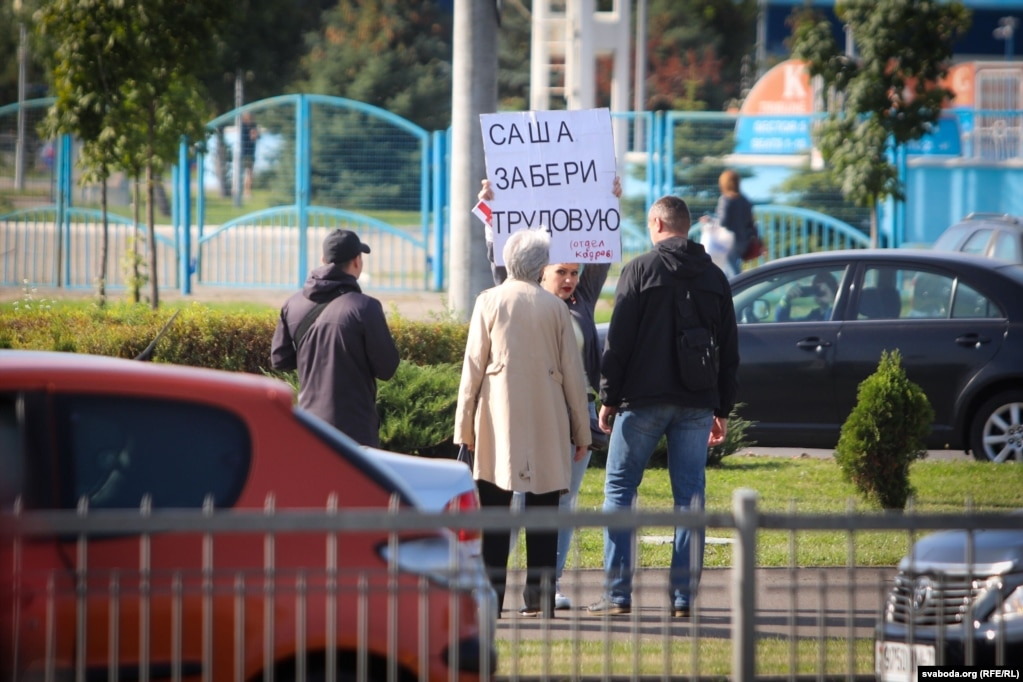 Жінка вийшла з на одиночний пікет із плакатом «Саша, забери трудову. Відділ кадрів»