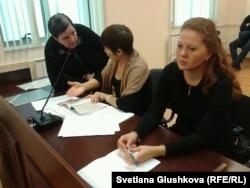 Адвокаты Вадима Курамшина: Лейла Рамазанова (справа), Разия Нурмашева (в центре) - и мать Ольга Колтунова. Астана, 25 ноября 2013 года.