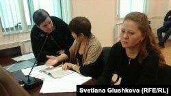 Адвокаты Вадима Курамшина Лейла Рамазанова (справа), Разия Нурмашева (в центре) и мать Курамшина Ольга Колтунова. Астана, 25 ноября 2013 года