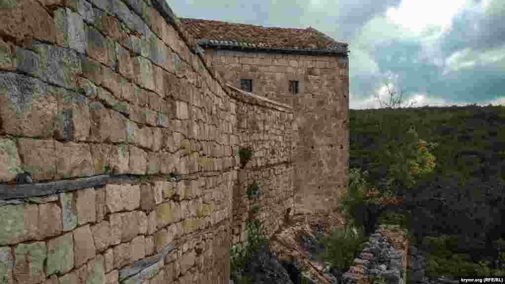 Стіна однієї з караїмської кенаси – культової будівлі караїмів