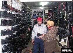 Алматы базарындағы тәжік саудагерлер. 12 сәуір 2008 жыл