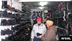 Алматы базарында сауда жасап тұрған тәжік мигранты, Алматы, 12 сәуір 2008