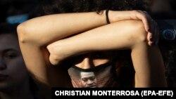 Djevojka nosi masku na licu s likom Georgea Floyda u Los Angelesu, Kalifornija (19. lipnja 2020.)