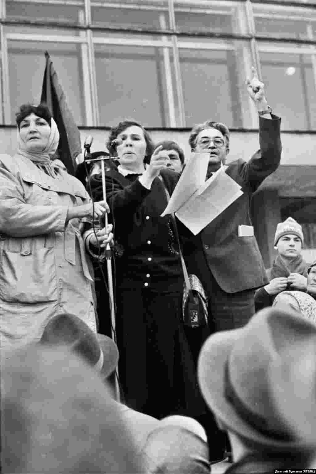 Депутаты Фаузия Байрамова (посередине) и Марат Мулюков