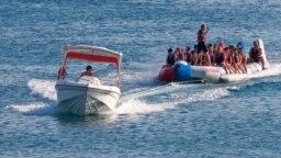 Отдыхающие катаются на надувной лодке, Судак, архивное фото
