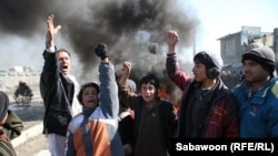Участники протестов, вышедшие на улицы в Афганистане после появлении информации о сожжении священной для мусульман книги - Корана