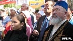 Люди собрались на акции в поддержку государственного языка. Алматы, 21 сентября 2008 года.