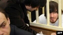 Адвокат Джабраил Махмудов и один из подозреваемых в убийстве Анны Политковской Мурад Мусаев в Московском окружном военном суде