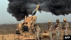 Артиллерия Саудовской Аравии наносит удары по территории Йемена, 13 апреля 2015 года.