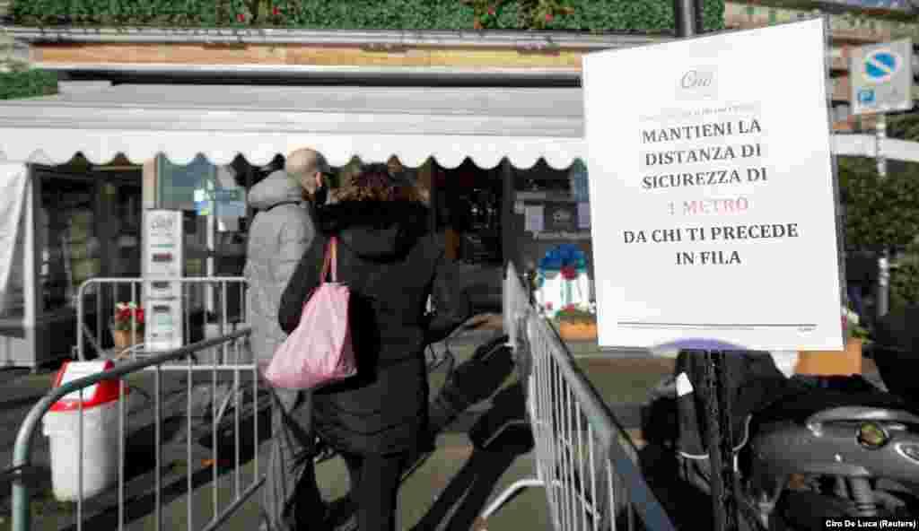 U Napulju je situacija slična, te ljudi čekaju ispred prodavnica kako bi u grupama ušli u radnju. Na znaku upozorenja piše: Održavajte bezbednu razdaljinu od 1 metra od osobe ispred vas.
