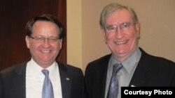 عضو الكونغرس الأميركي غاري نيترز (يسار) مع نبيل رومايا