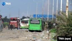 На кадре из видео — место взрыва рядом с колонной автобусов, на которых вывозили жителей двух поселений на севере Сирии. Алеппо, 15 апреля 2017 года.