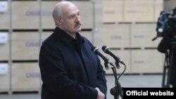 Аляксандар Лукашэнка ў час сустрэчы з работнікамі прадпрыемстваў кампаніі «Кронаспан», 21 траўня 2017 году