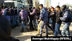 Полиция задерживает участников несанкционированной акции в Нур-Султане. 1 мая 2019 года.
