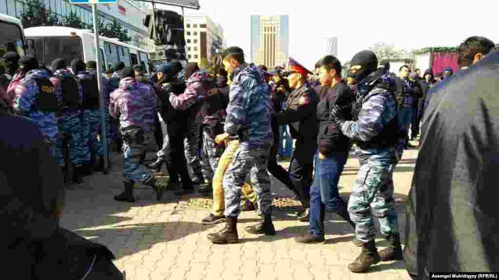 На вопрос корреспондента Азаттыка: «За что задерживают людей?» – полицейский ответил, что «они нарушили закон». Нур-Султан, 1 мая 2019 года.