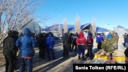На акции протеста требования рабочих компании «МунайФилдСервис». Жанаозен, 4 февраля 2014 года.