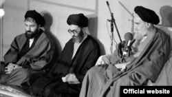 از راست: آیت الله خمینی، علی خامنه ای و احمد خمینی