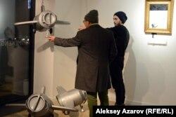 Посетитель и экскурсовод около работы «Прорыв» Мансура Смагамбетова. Алматы, 6 декабря 2018 года.