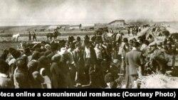 Ţărani muncitori într-o comună împreună cu comisia de reformă agrară împărţind moşia unui moşier (martie 1945) Fototeca online a comunismului românesc cota:6/1945
