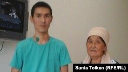 Кайрат Досмагамбетов с матерью Онайгуль Досмагамбетовой. Жанаозен, 12 января 2016 года.