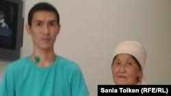 Кайрат Досмагамбетов (слева), ставший инвалидом в результате пулевого ранения во время Жанаозенских событий, и его мать Онайгуль Досмагамбетова. 12 января 2016 года.