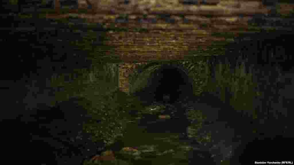 Во время дождя все помещение заполняется водой, которая попадает сюда через ливневые стоки. Поэтому весной и летом посещать эти места опасно для жизни.