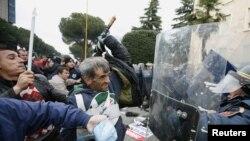 Sosialist Partiyasının tərəfdarları ilə polis arasında qarşıdurma, Tirana, 21 yanvar 2011