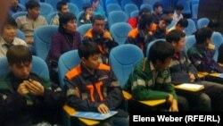 Жұмысшы жастармен кездесуде отырған колледж студенттері. Теміртау, 6 қараша 2012 жыл. (Көрнекі сурет)