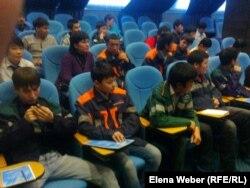 Жұмысшы жастармен кездесуге келген колледж студенттері. Теміртау, 6 қараша 2012 жыл. (Көрнекі сурет)