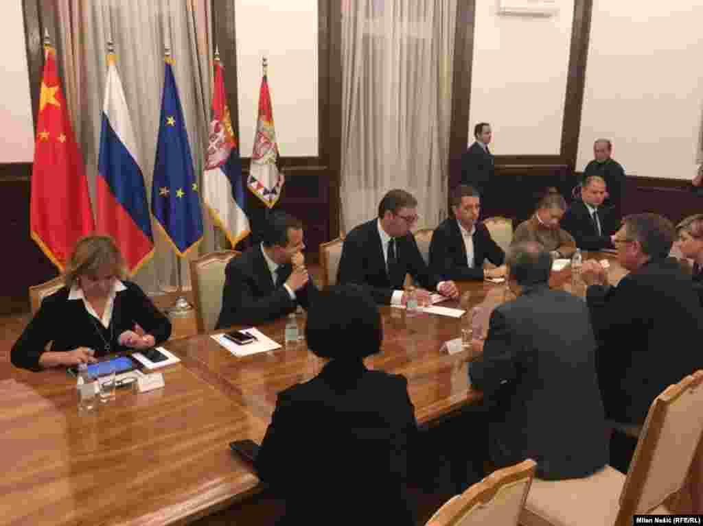СРБИЈА - Претседателот на Србија, Александар Вучиќ, одржа вонредна средба со амбасадорите на Кина, Русија, ЕУ и членките на Квинтата откако Косово воведе 10-процентни такси за српските производи и забрани увоз ана стока на која не пишува дека е енаменета за република Косово.