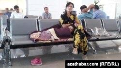 Daşary ýurda gitmekçi bolýan türkmenistanly zenan Aşgabadyň aeroportynda uçaryna garaşýar.
