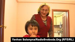Наймолодша дочка узбецького журналіста Нарзулло Охунжонова та її мати Шамсія Худойназарова