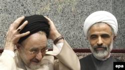 مجید انصاری (سمت راست) در کنار محمد خاتمی، رییس مجمع روحانیون مبارز و رییس جمهور پیشین جمهوری اسلامی