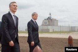 Secretarul general al NATO Jens Stoltenberg (stânga) și premierul Dacian Cioloș la ceremonia de la Deveselu, 12 mai 2016
