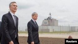 Secretarul general Nato, Jens Stoltenberg (stg.) și premierul Dacian Cioloș la ceremonia de inaugurare a bazei aeriene antibalistice de la Deveselu, 12 mai 2016.