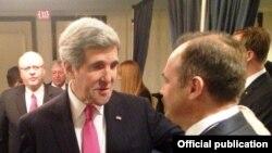 John Kerry (majtas) dhe Enver Hoxha gjatë takimit në Uashington
