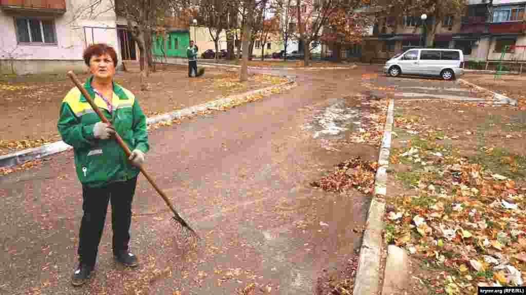 Тетя Соня работает дворником в Армянске не первый год