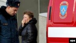 Родственница погибшего в катастрофе российского самолета Airbus A321 плачет в аэропорту. Петербург, 31 октября 2015 года.